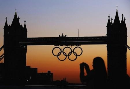 英国标志性建筑物伦敦塔桥上悬挂出巨大