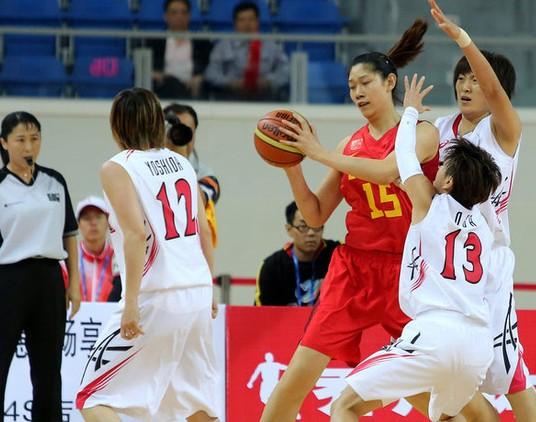 """10月12日晚,东亚运动会上演中日女篮对决,最终中国女篮以64-65惜败。赛后,主教练王桂芝表示,这样一个比赛的过程,对队员们的成长很有帮助。 在点评这场比赛时,王桂芝说:""""今天很高兴,这样一个比赛的过程对我们队、对运动员的成长是非常有帮助、有好处的,我很感谢队员,她们今天很努力。之所以会有这样的结果,我认为还是因为队伍年轻,欠缺高水平比赛的经验。我们会把与日本队和中华台北队这两场比赛作为教训,我希望队伍经过这两场比赛,会越来越好,走得越来越扎实。技术环节上,今天我们在篮板球上输了4个,所以这"""
