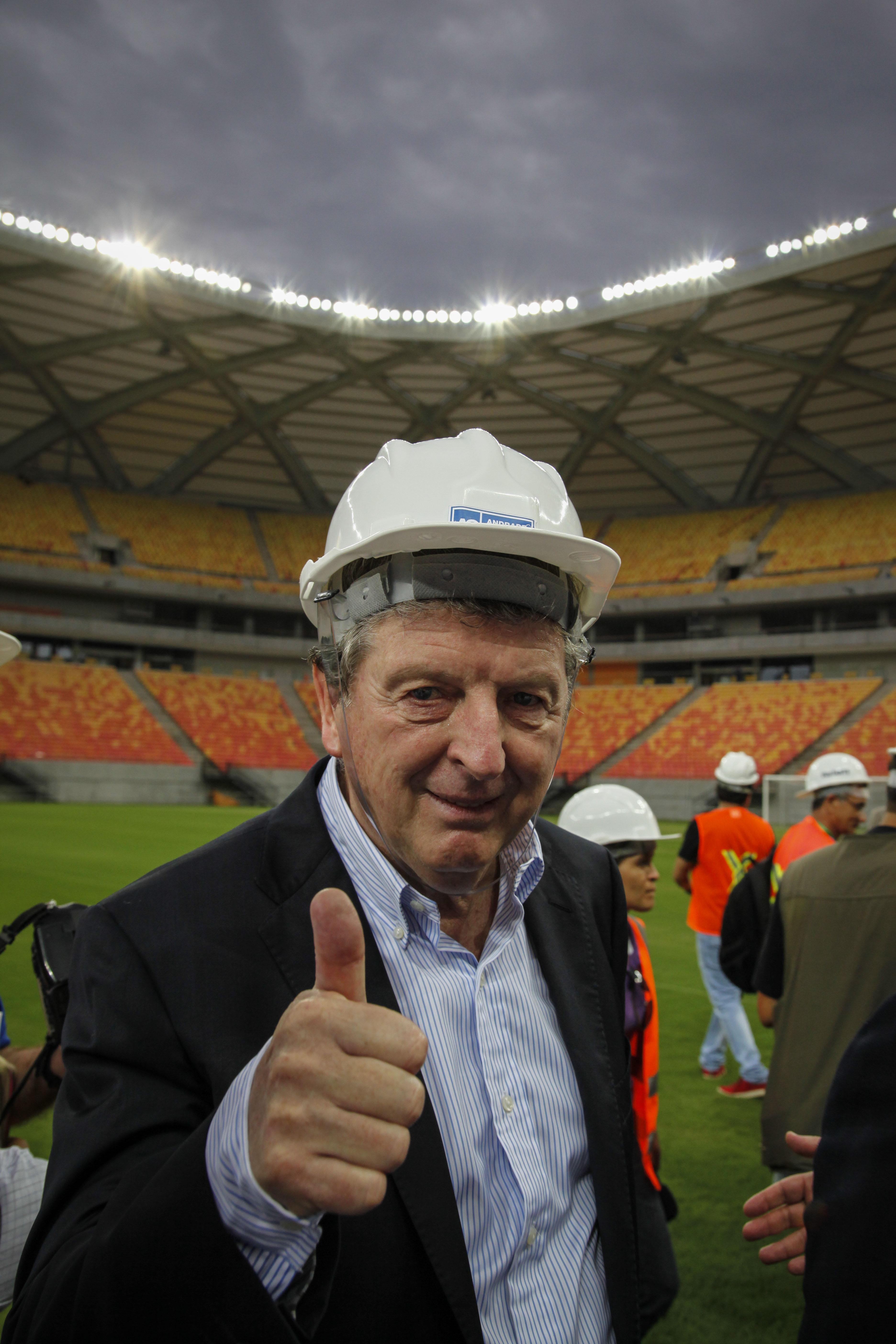 霍奇森参观亚马逊竞技场时竖起大拇指
