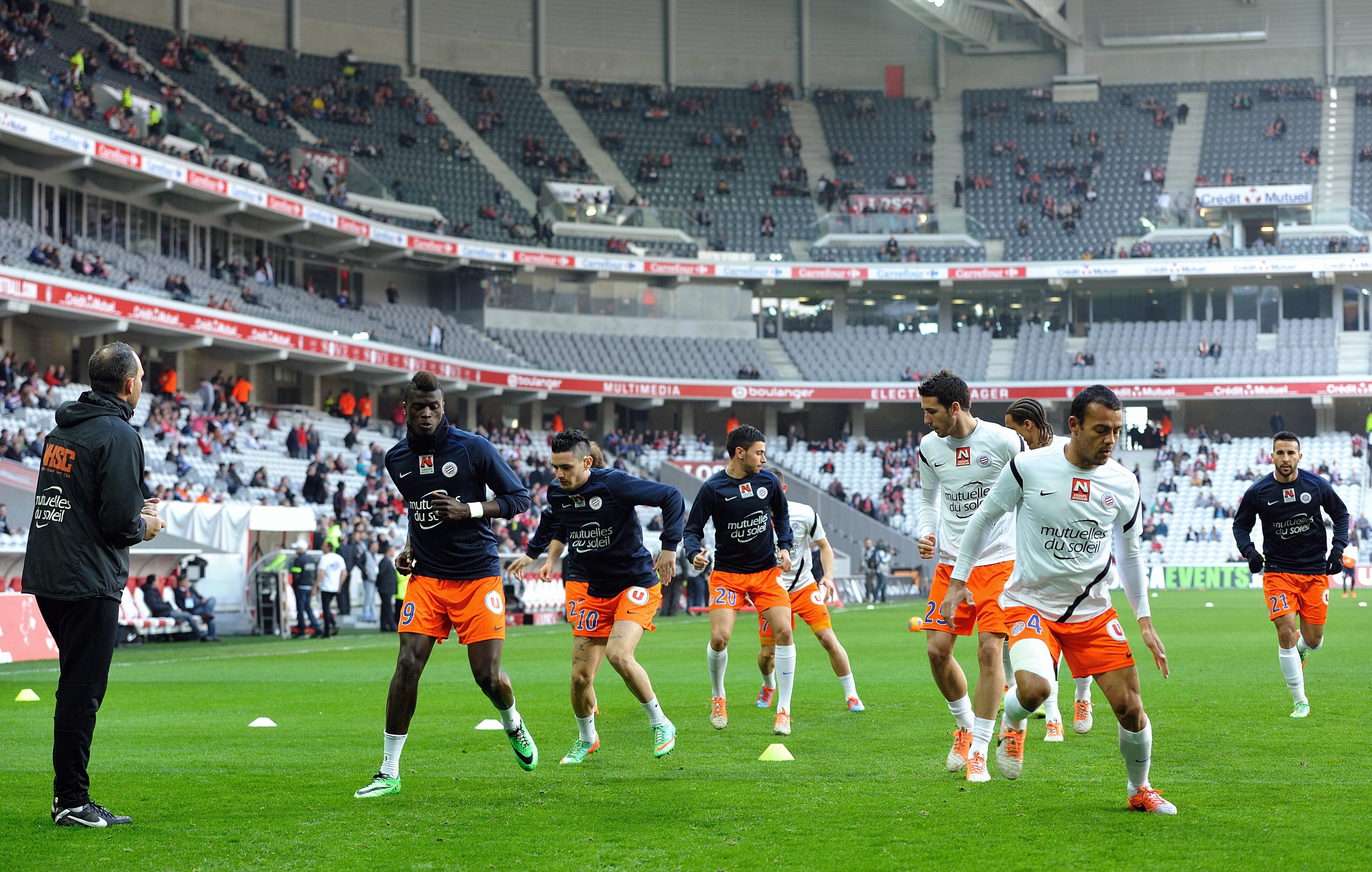 球员们在法国l1足球比赛前的热身