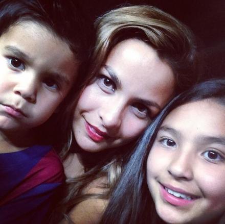 家庭照:布拉沃的妻子和孩子们在.