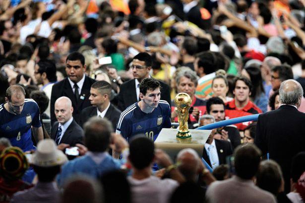 梅西凝望大力神杯瞬间获年度最佳体育照片_虎扑国际足球新闻