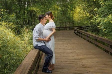 广州恒大球员郜林与怀孕的妻子王晨拍摄了一组