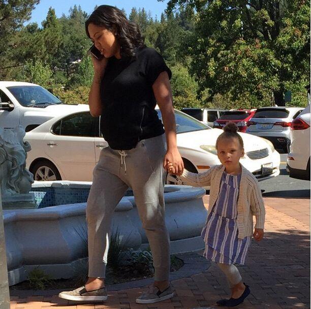 这上面他上传了一张斯蒂芬-库里老婆牵着女儿riley的