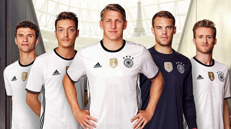 日前德国国家队在柏林正式发布了2016年欧洲杯新球衣,波多尔斯基图片
