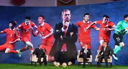 人民日报:确保国足进世界杯的教练一个没有_虎
