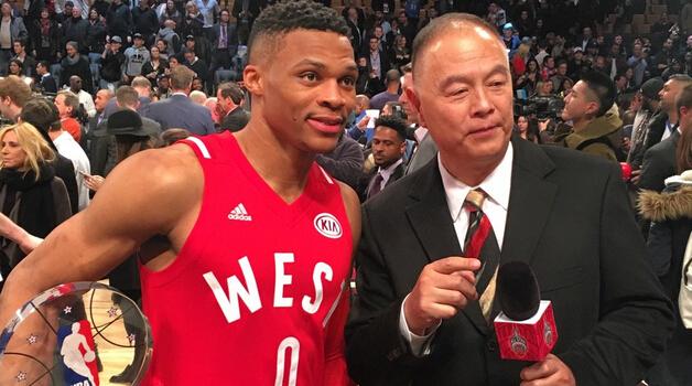 北京时间2月15日,2016年NBA全明星赛已经落下帷幕,西部队196-173大胜东部队,来自雷霆队的拉塞尔-威斯布鲁克蝉联MVP。 威斯布鲁克在赛后接受CCTV的采访时称,他也不知道自己的能量来自哪里,上场就是享受比赛。同时他还表示,本场比赛是一场充满情绪的全明星赛。 而在被问及本赛季的目标时,威斯布鲁克直言雷霆要夺得总冠军。 此役,威斯布鲁克上场22分钟,23投12中得到31分8篮板5助攻5抢断。