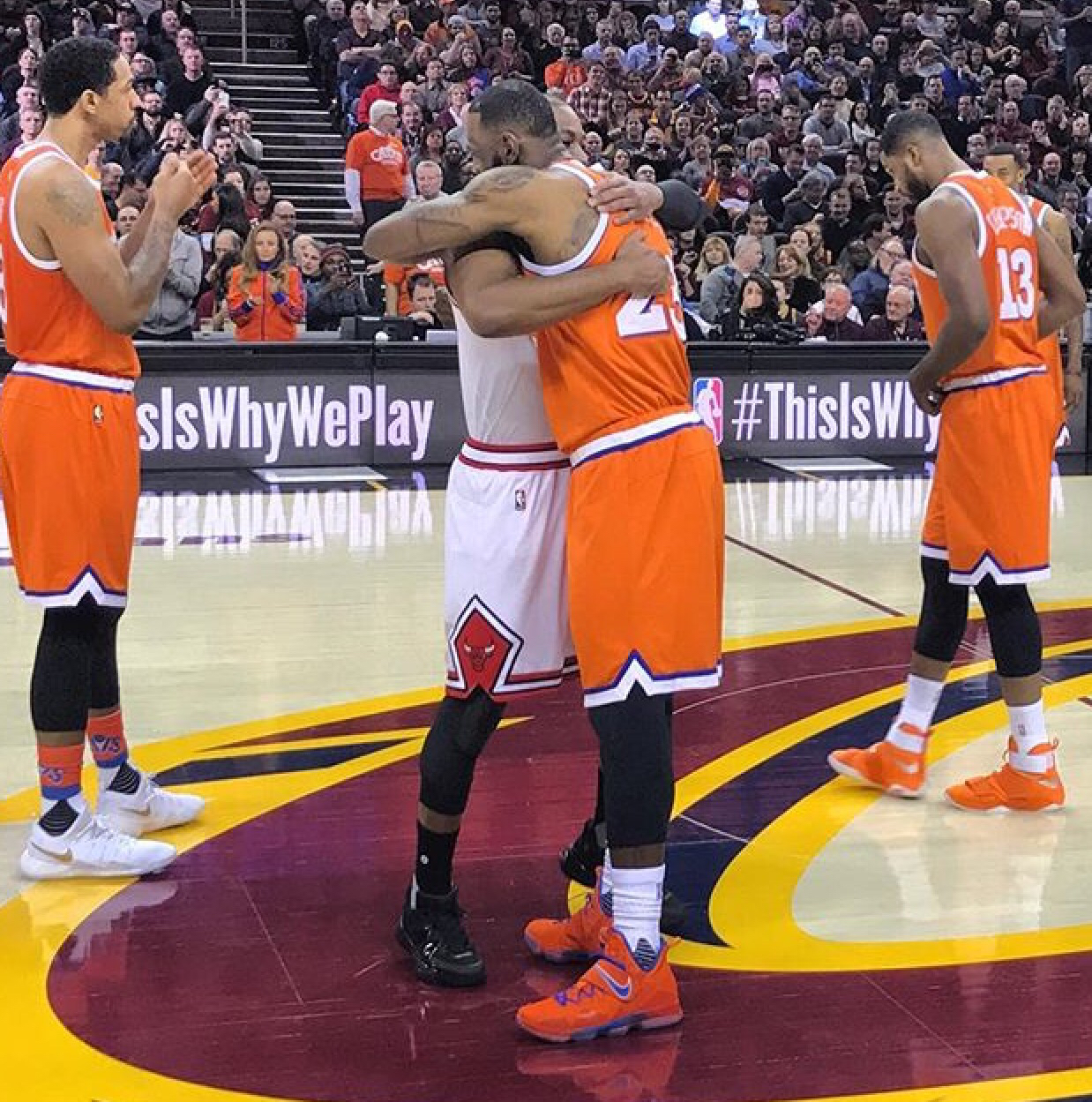 NBA官方晒詹韦赛前拥抱照片