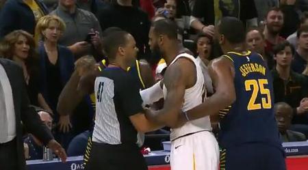 [流言板]詹姆斯和史蒂芬森在比赛中发生小摩擦