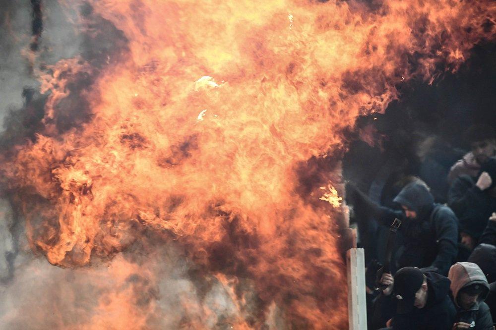 可怕!雅典球迷往阿贾克斯球迷看台投掷燃烧弹