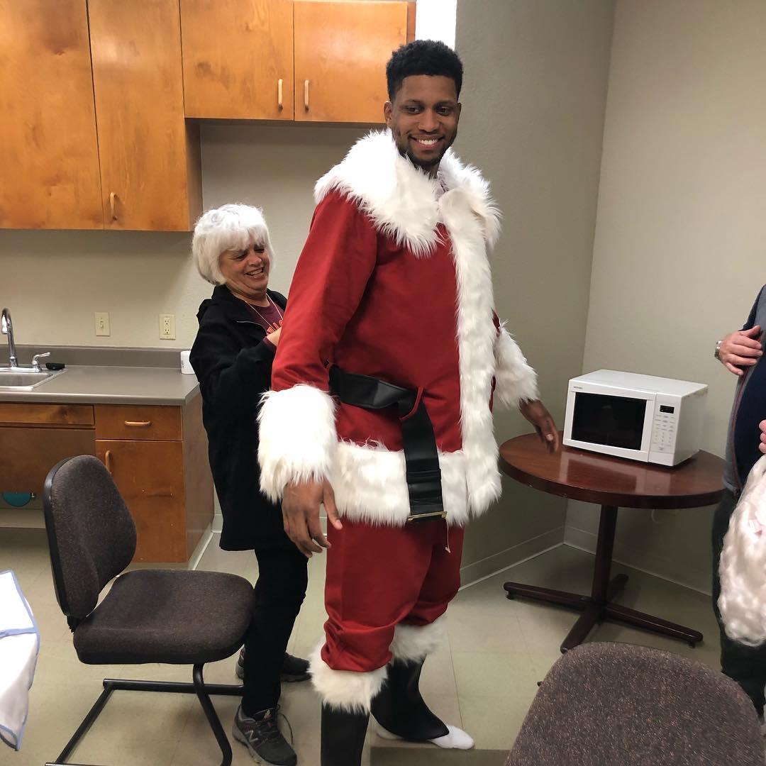[虎]回馈社区!盖伊扮成圣诞老人为孩子们派送礼物