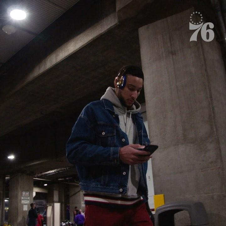 [虎]76人众将抵达斯台普斯中心:西蒙斯身着牛仔夹克入场