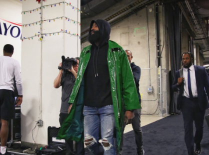[虎]火箭众将抵达比赛场馆:哈登身披绿色外套出镜
