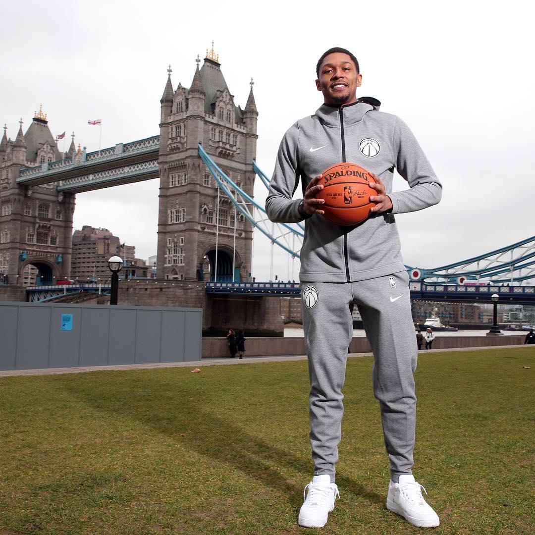 游客风!比尔身着运动套装与伦敦塔桥合影