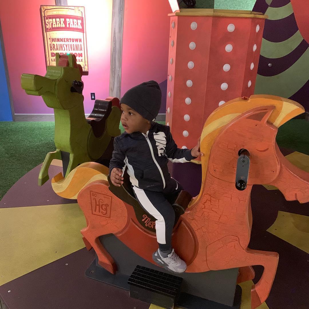 家庭时刻!威斯布鲁克带儿子在博物馆游玩
