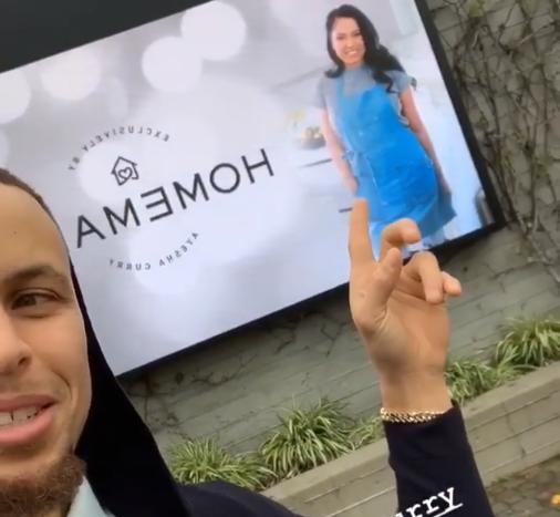 不忘给老婆打广告!库里在广场发现自己妻子的广告牌
