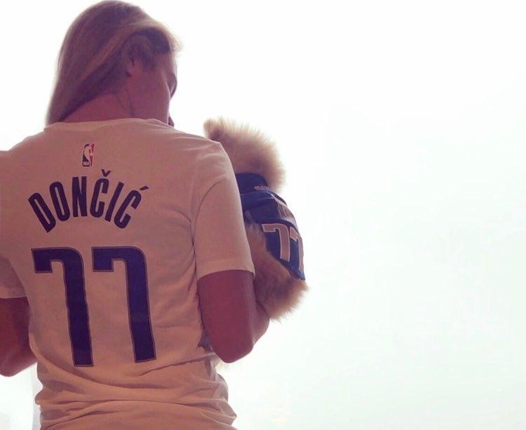 温馨!东契奇女友和宠物狗身披东契奇球衣拍唯美照