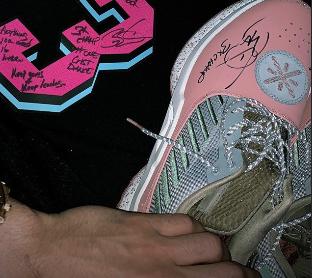 想要吗?布克展示韦德赠与的亲签球衣和球鞋