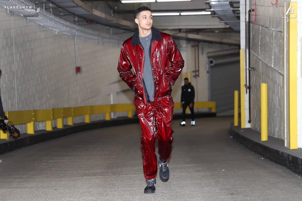 湖人球员抵达客场球馆,库兹马一身红色亮相 NBA新闻 第1张