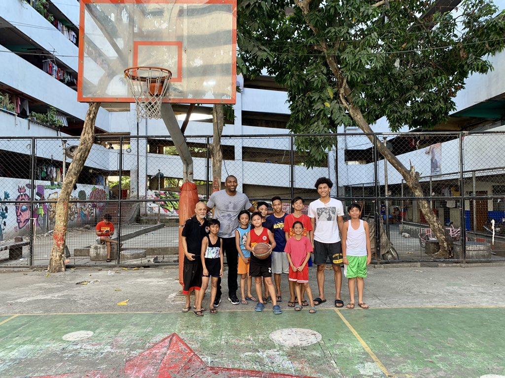 慈善-世界和平与儿子在菲律宾贫民区和孩子们一起打篮球