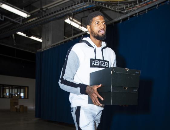 雷霆众将抵达球馆:乔治抱着两个鞋盒入场