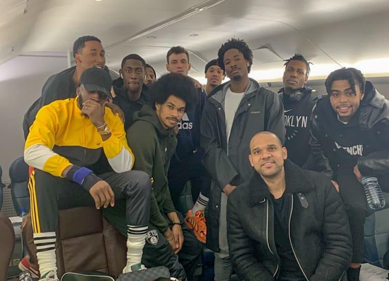 谁最上镜?篮网队员在飞机上大合照