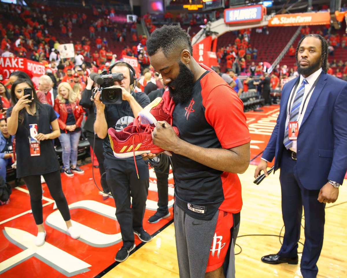 暖心之举!哈登赛后为主场小球迷送上签名球鞋 NBA新闻 第1张