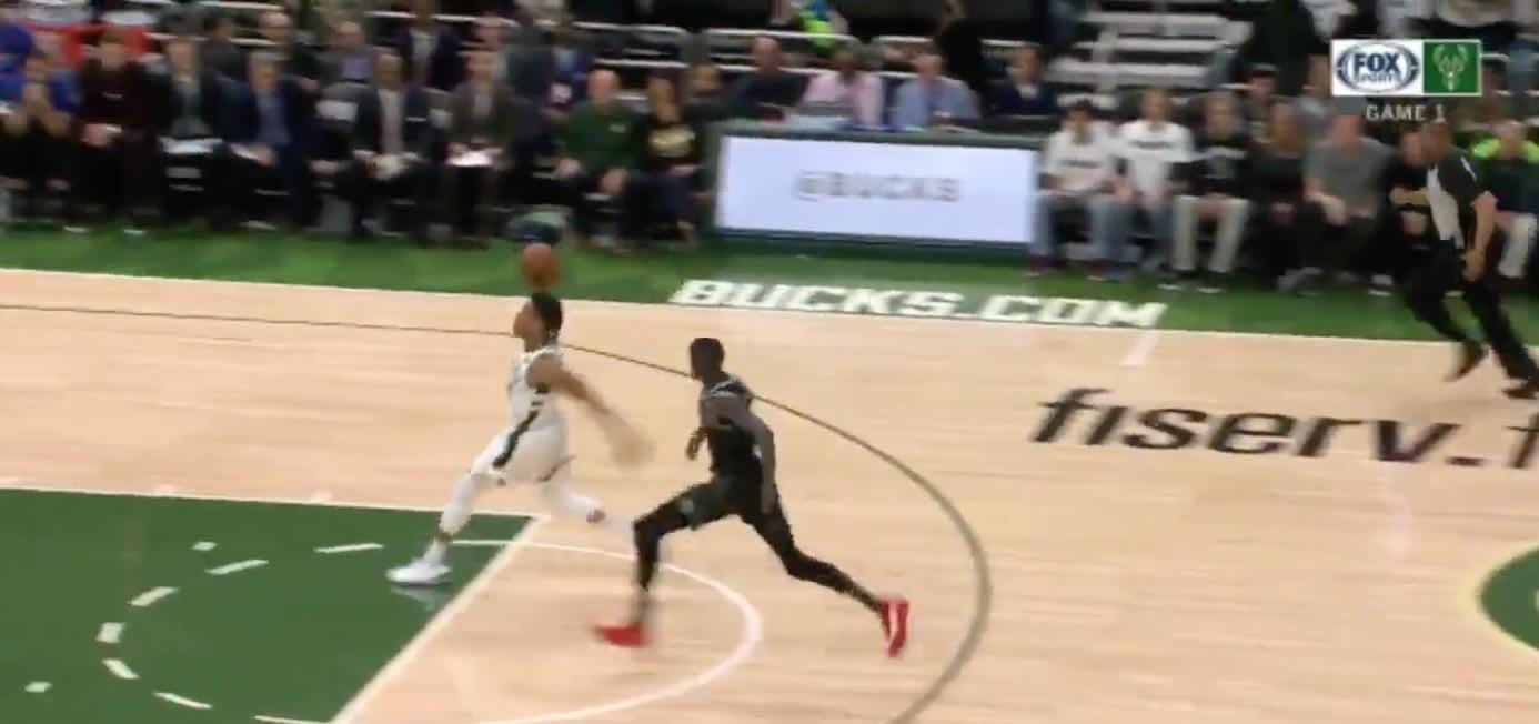 阿德托昆博谈罚球线起跳扣篮:不清楚在哪起跳的 NBA新闻