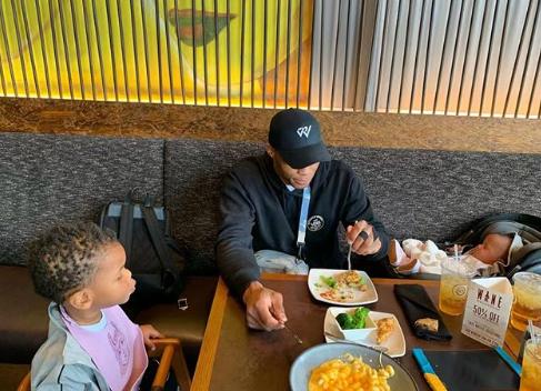 奶爸上线!威斯布鲁克带着孩子一起吃饭