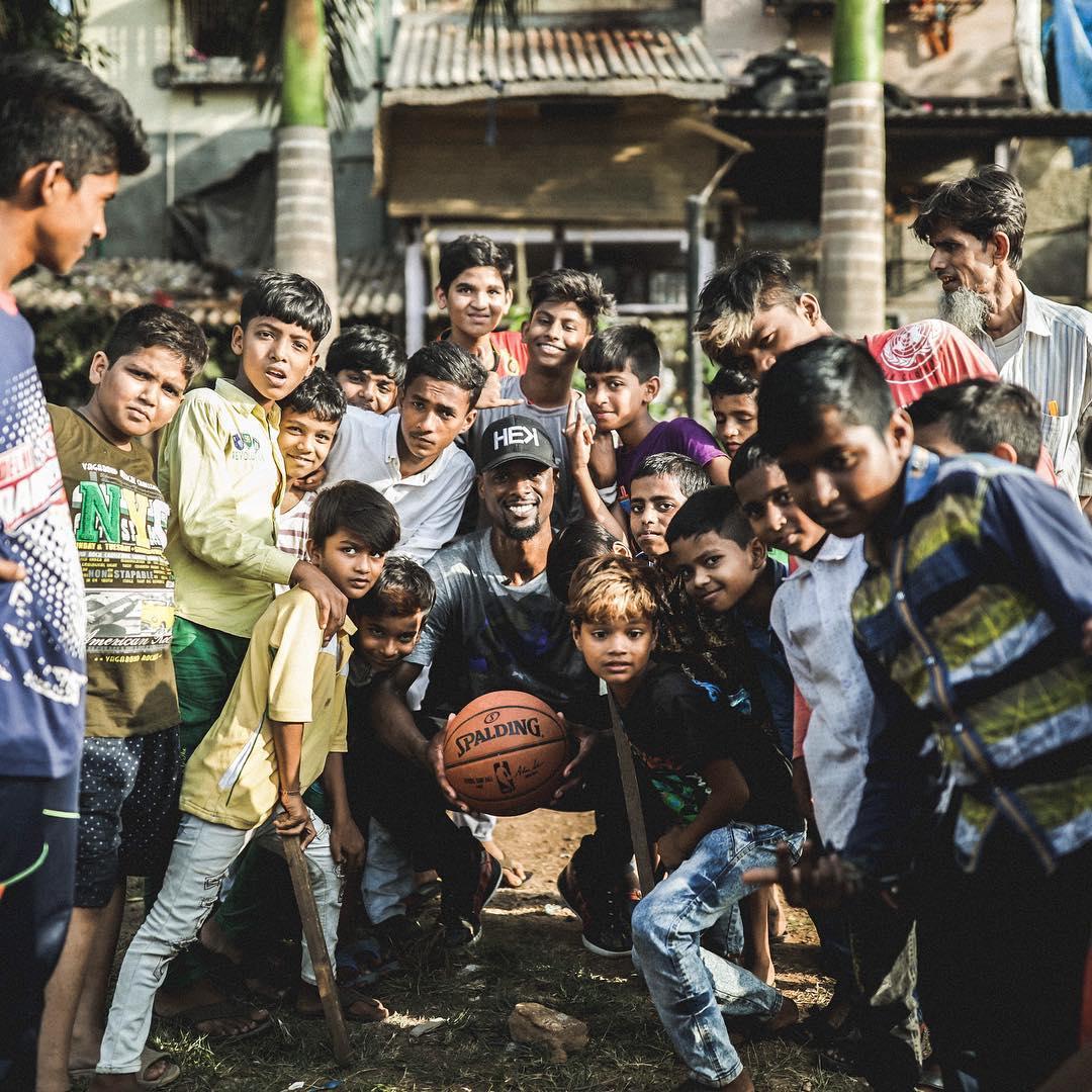 篮球无疆界!哈里森-巴恩斯在孟买参加篮球推广活动