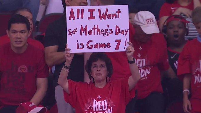 火箭球迷高举标语:我母亲节唯一想要的礼物就是抢七大战