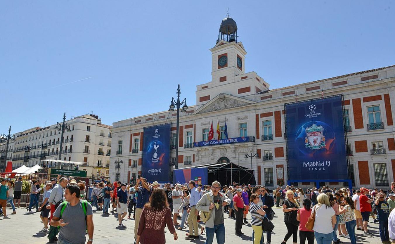 多图流:为决赛助威造势,近十万名英国球迷来到马德里