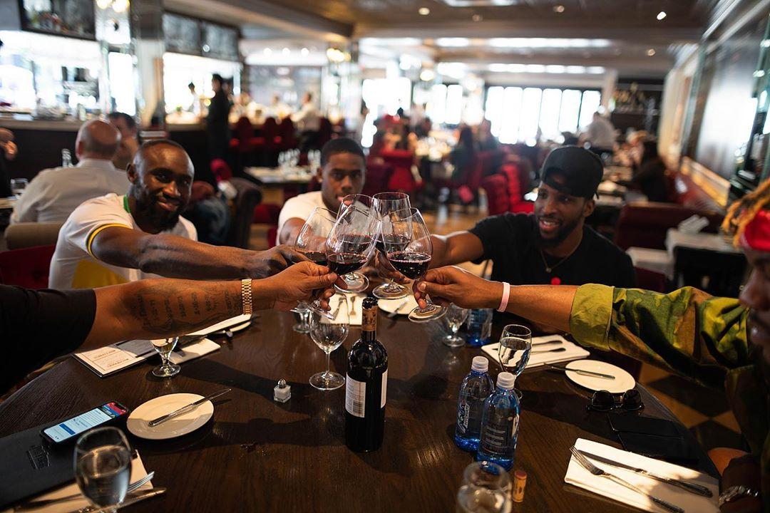 巴特勒晒出小团体聚会照片,安东尼:什么牌子的红酒?