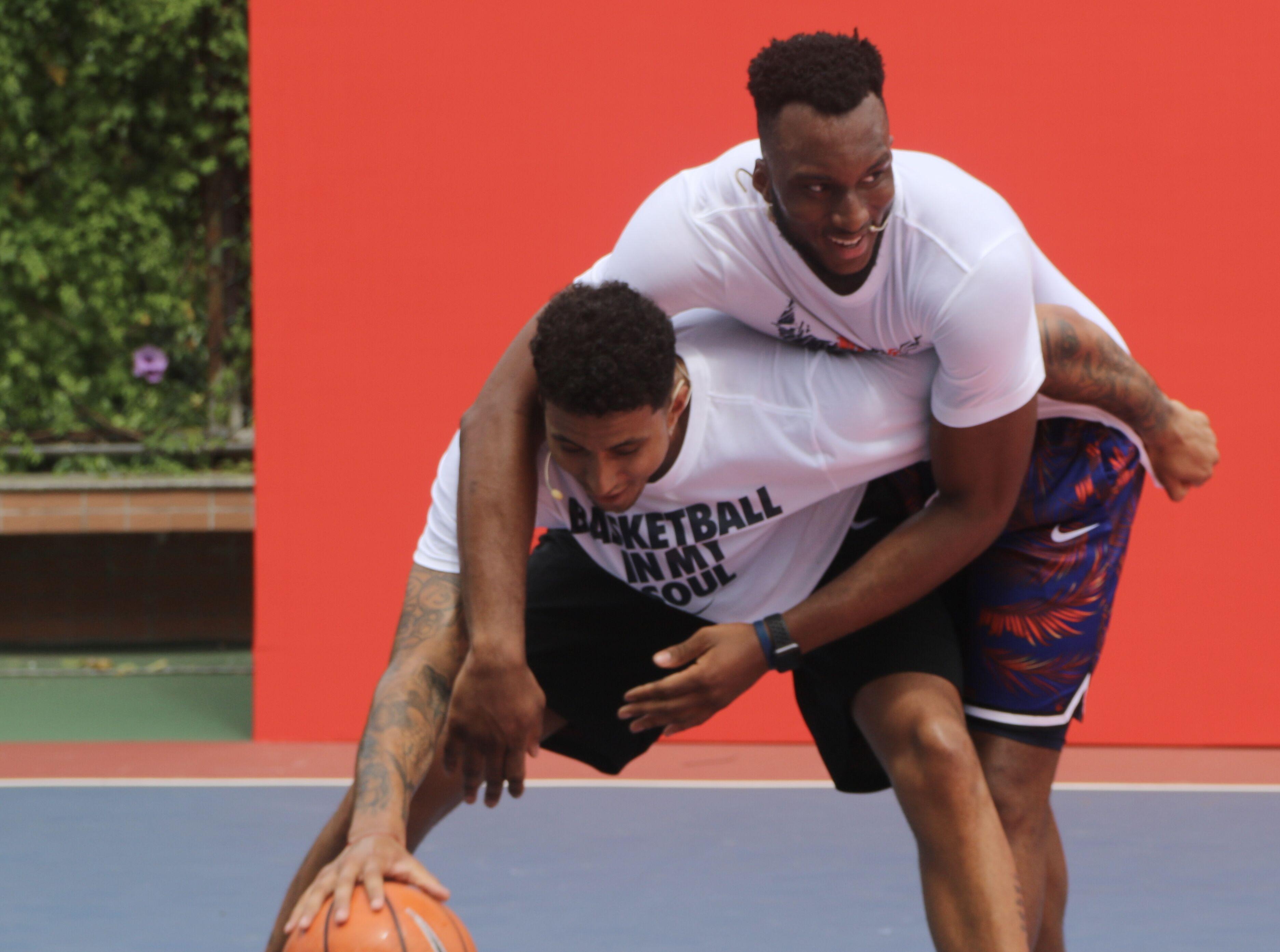 去XX的篮球梦系列!库兹马与小学生互动多次扇飞投篮