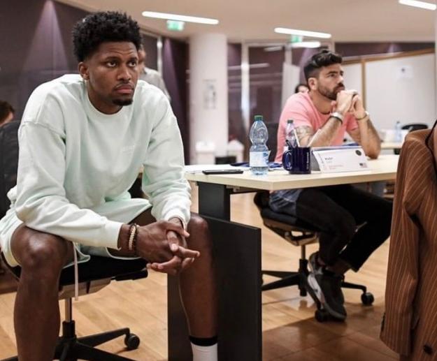 目不转睛!盖伊更新个人社媒晒出自己进修课程的照片 NBA新闻