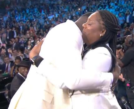 [虎][视频]选中瞬间!蔡恩-威廉森被选为状元,与母亲深情拥抱