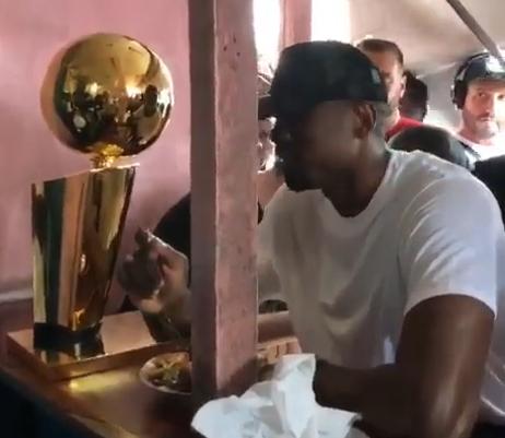 伊巴卡带着总冠军奖杯回到15年前他乞讨剩饭的餐厅