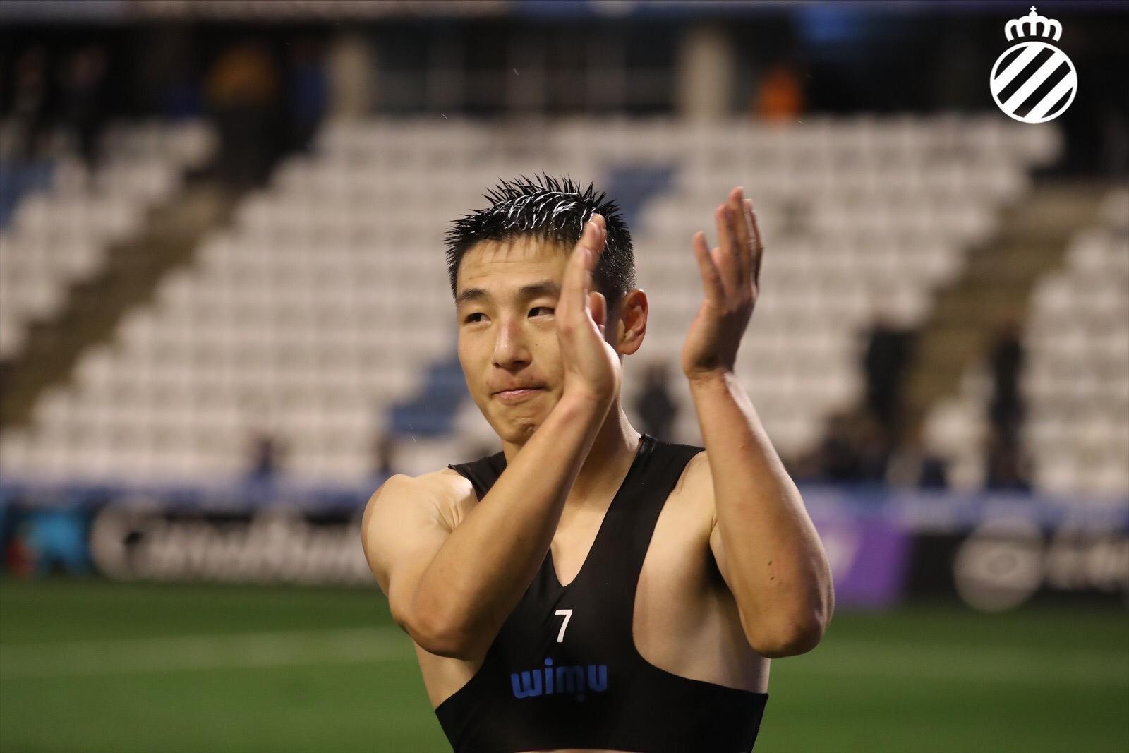GIF:好身材!武磊与对手握手,露出结实肌肉