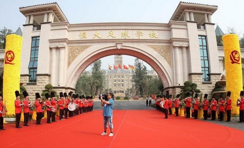 足球报赵震:恒大足校,让人心痛的开幕式
