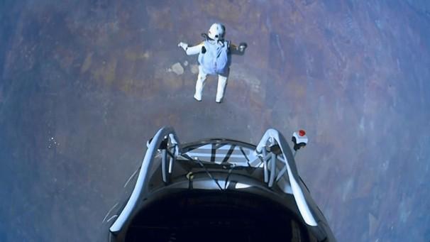 奇人3.9万米跳伞超音速
