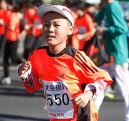 """""""给孩子送双运动鞋"""",北马为慈善奔跑"""