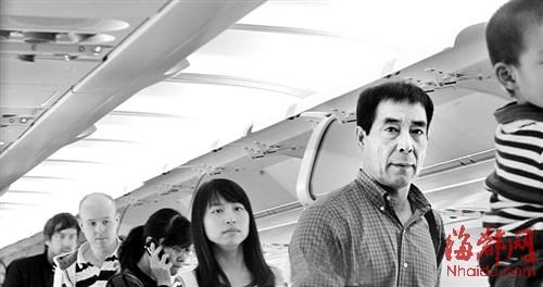 郭晶晶父母赴香港给亲家带北京糕点
