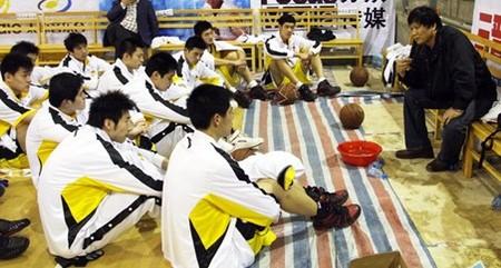 王兴江布置战术,外援夺回战术板交还教练