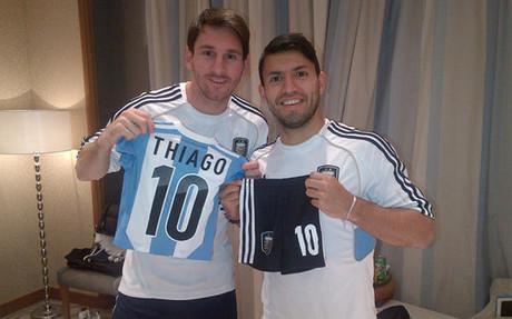 阿奎罗送迷你阿根廷球衣给梅西儿子