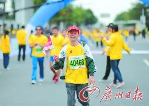 81岁老人和6位盲人感动广州马拉松