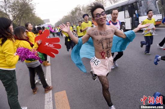 北京马拉松黑丝赤膊哥跑步不忘征婚