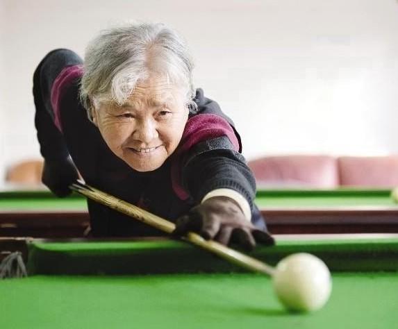 """84岁""""花球奶奶""""邀高手切磋"""