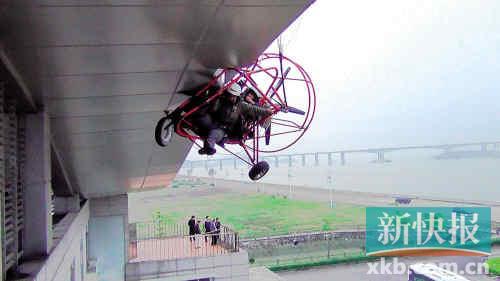 动力伞失控滑坠,一男一女挂在十米高屋檐