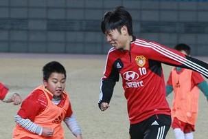 """U22国足与合肥小学生举行""""微型锦标赛"""""""