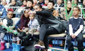 温馨时刻,阿里纳斯一家在中国过圣诞